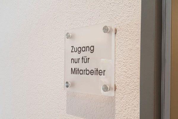 Schild aus Plexiglas